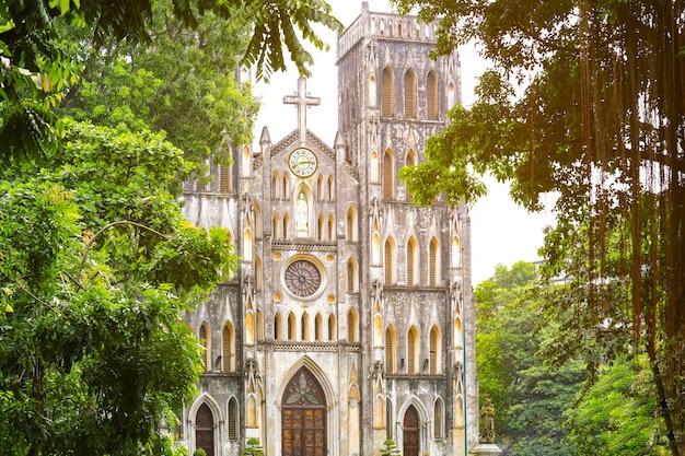 Vue de l'église cathédrale saint-joseph à hanoi la capitale du vietnam