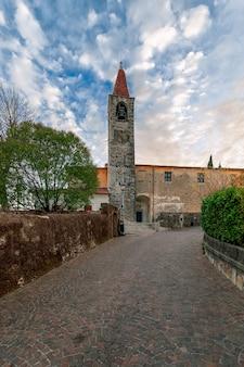 Vue de l'église chiesa di san giovanni battista de la ville tremosine. lac de garde. lombardie, italie