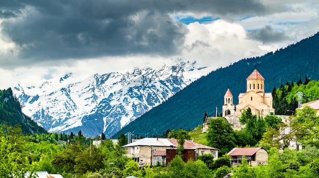 Vue de l'église saint-nicolas à mestia, géorgie