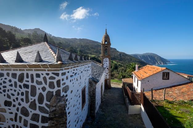 Vue de l'église de san andres de teixido lieu de pèlerinage cedeira