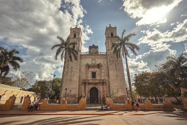 Vue de l'église de san servasio sur la place principale de valladolid au mexique.
