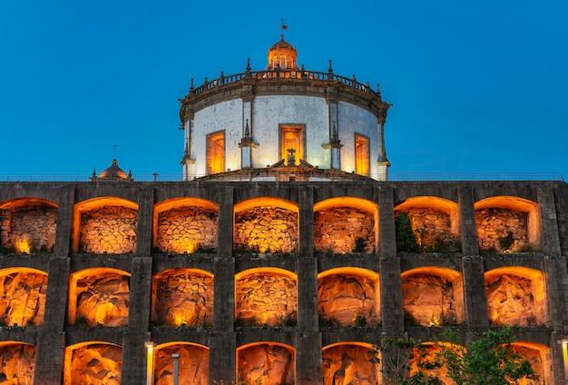 Vue de l'église serra do pilar illuminée à l'heure bleue à vila nova de gaia, porto, portugal