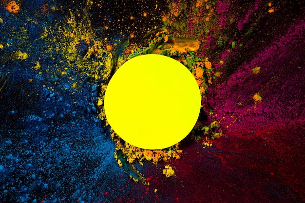 Vue en élévation du cadre circulaire jaune recouvert de couleurs sèches holi