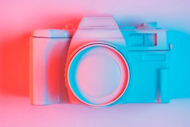 Vue élevée, de, appareil photo vintage, sur, pick, surface, à, lumière bleue, et, ombre