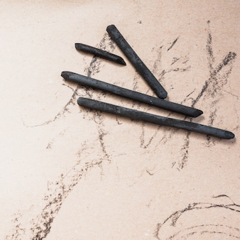 Vue élevée, de, art, fournitures, bâton de charbon naturel