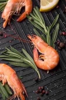 Vue élevée de crevettes de fruits de mer délicieux frais