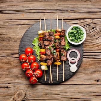 Vue élevée de délicieuses brochettes de viande pour le repas