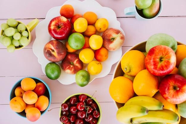 Vue élevée de divers fruits frais