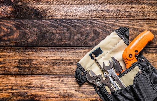 Vue élevée de divers outils dans le sac à outils