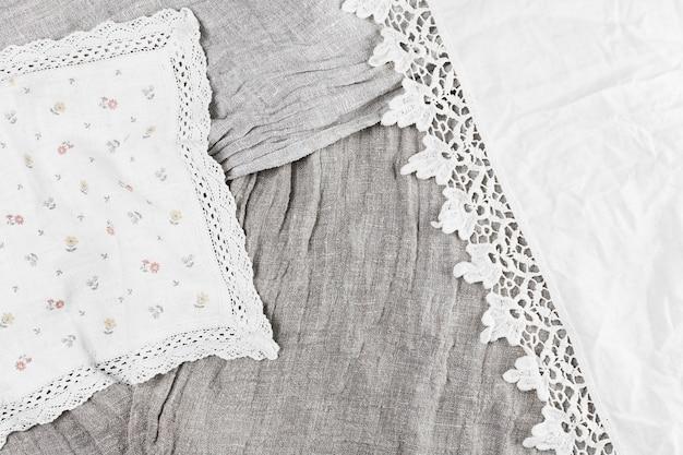 Vue élevée de divers textiles avec ruban de dentelle