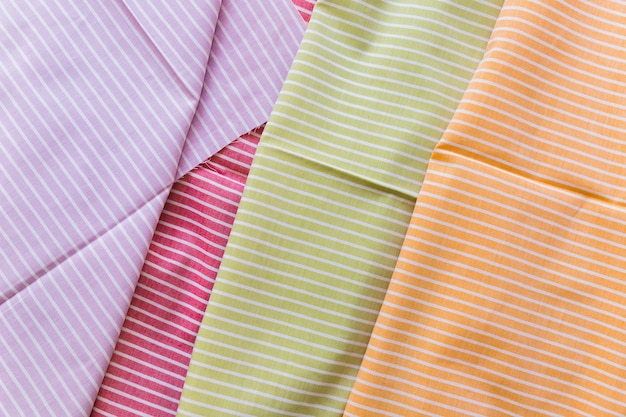 Vue élevée de divers vêtements à motifs de rayures colorées