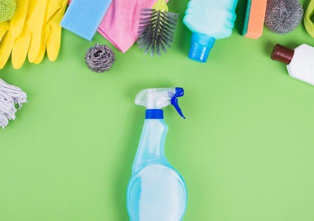 Vue élevée du flacon pulvérisateur près de différents articles de nettoyage