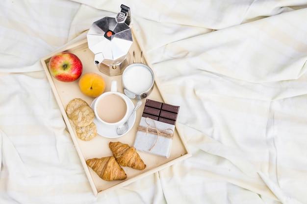 Vue élevée du petit déjeuner sur une couverture froissée