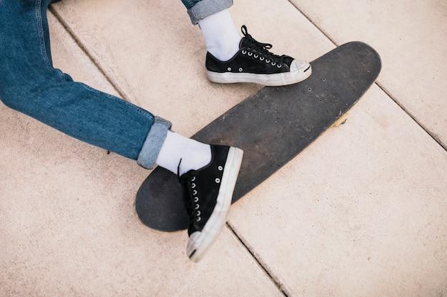 Vue élevée du pied de la personne sur la planche à roulettes