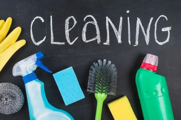 Vue élevée du texte de nettoyage avec des équipements sur le tableau noir