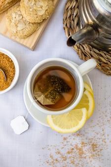 Vue élevée du thé au citron et du sucre brun sur la table