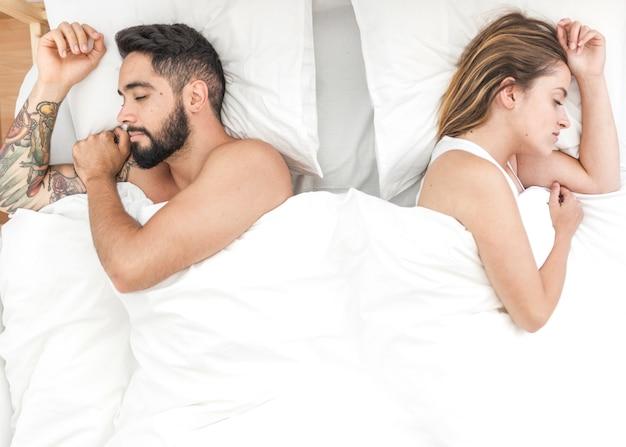 Vue élevée, de, jeune couple, dormir lit