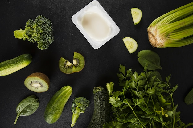 Vue élevée des légumes verts frais sur fond vert