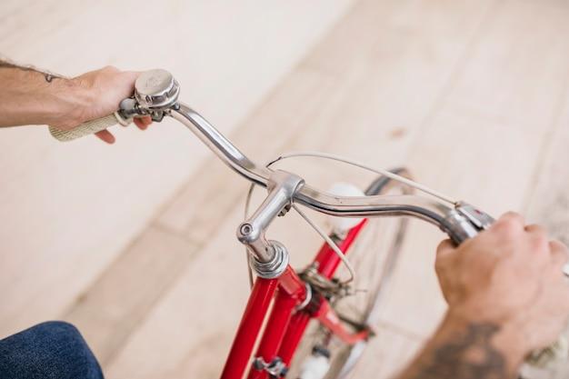 Vue élevée des mains humaines, tenant les mains de bicyclette