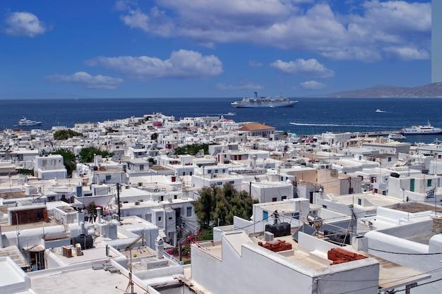 Vue élevée des maisons typiques sur l'île de mykonos, grèce