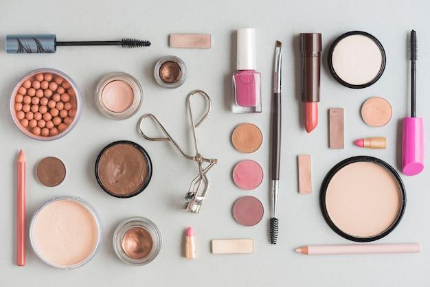 Vue élevée, de, maquillage, kits, isolé, sur, surface blanche