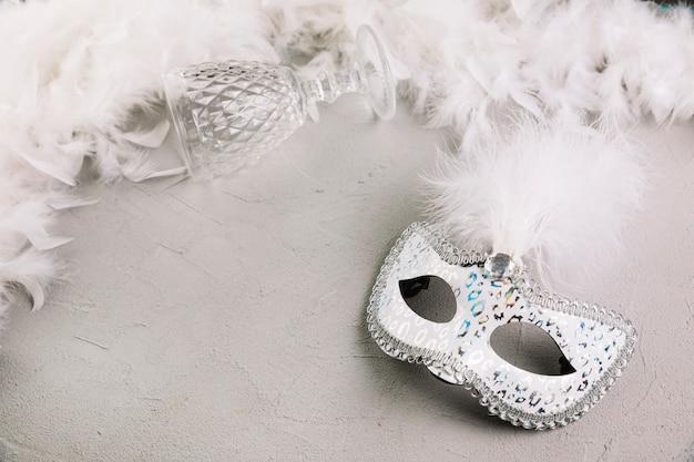 Vue élevée, de, mascarade, carnaval, masque plume, à, verre vide, sur, béton, fond