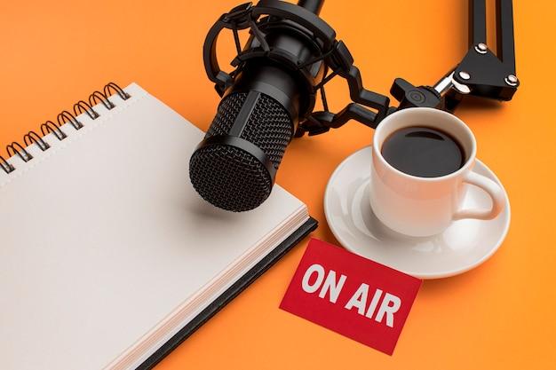 Vue élevée le matin sur le flux radio de l'air et le café