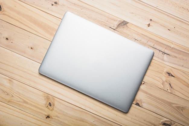 Vue élevée, de, a, ordinateur portable, sur, planche bois