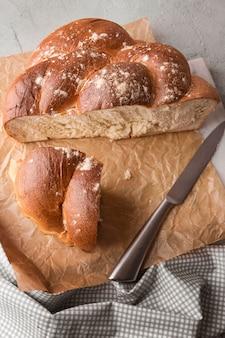 Vue élevée de pain cuit fait maison