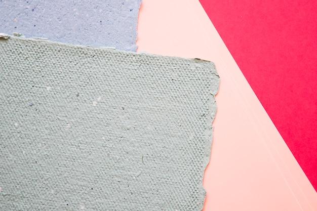 Vue élevée de papiers sur fond coloré