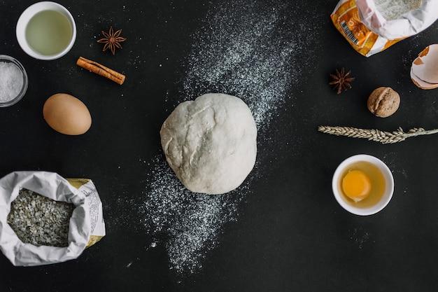 Vue élevée, de, pâte, et, cuisson, ingrédients, sur, arrière-plan noir