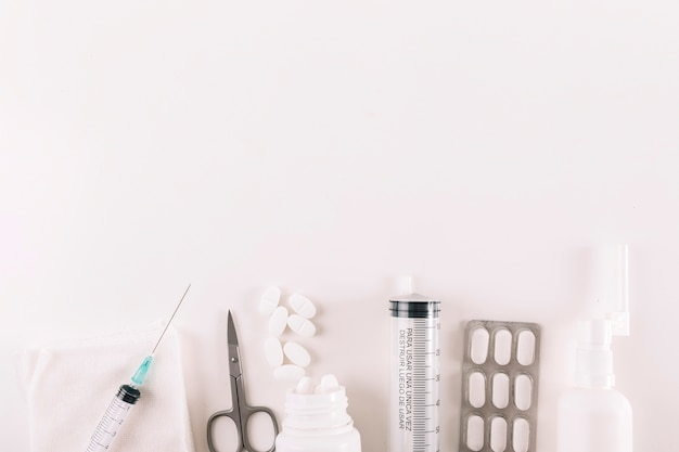 Vue élevée, de, pilules, et, équipements médicaux, sur, fond blanc