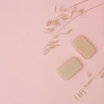 Vue élevée de savons et de l'enveloppe sur la surface rose