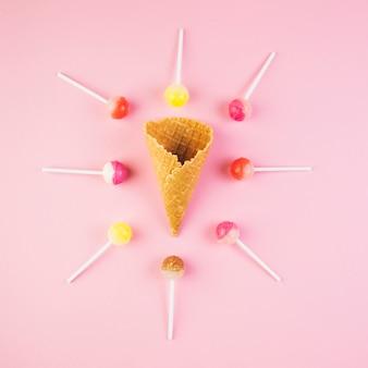 Vue élevée, de, sucettes, cône gaufre, crème, sur, surface rose