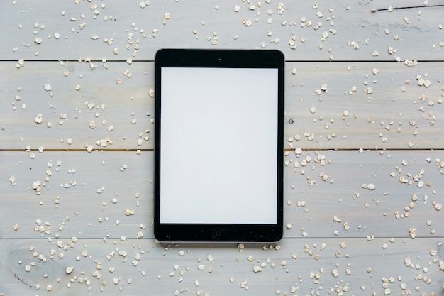 Vue élevée, de, tablette numérique, à, avoine dispersée, sur, planche bois