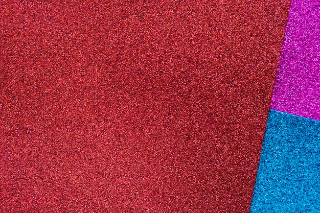 Vue élevée de trois tapis colorés