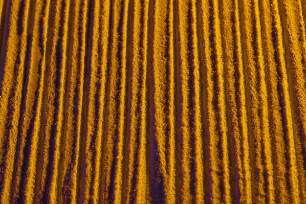 Vue encombrée de lignes de sable parallèles