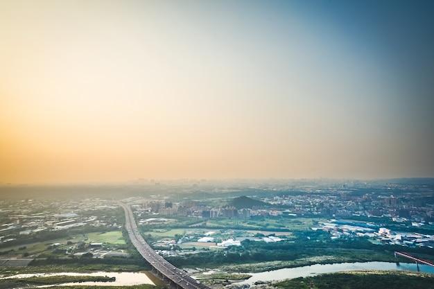 Vue d'ensemble du paysage urbain et montage, prise de photos depuis le sommet du mont à taipei, taiwan.