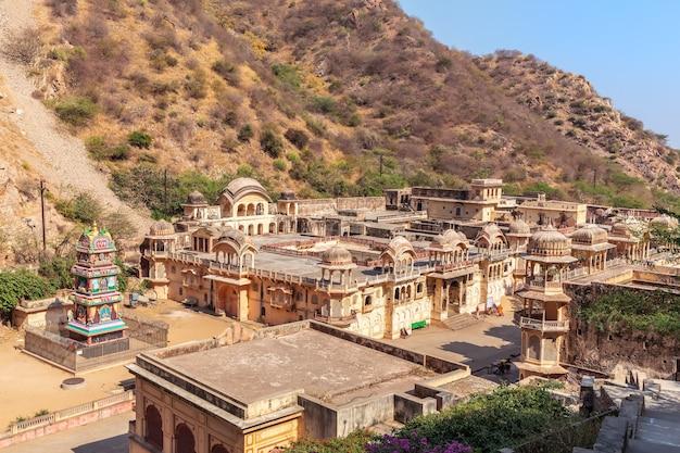 Vue d'ensemble du temple des singes ou complexe galta ji, jaipur, inde.