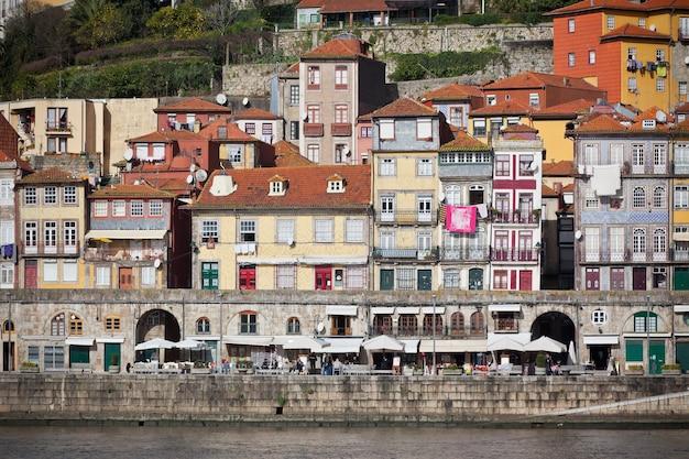 Vue d'ensemble de la vieille ville de porto, portugal. ribeira et fleuve douro