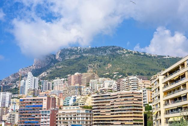 Vue ensoleillée de jour à la ville grands bâtiments et montagnes