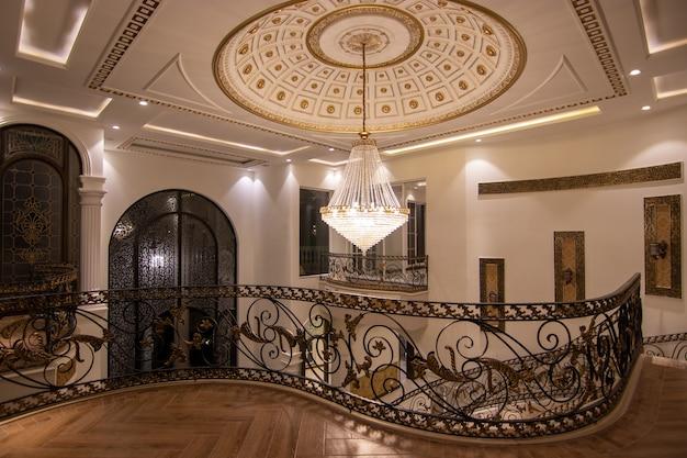 Vue de l'entrée de la maison de luxe