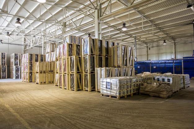Vue à l'entrepôt moderne avec des marchandises