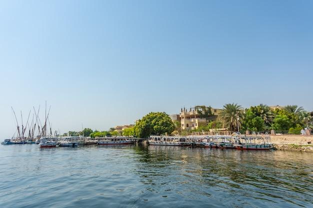 Vue sur les environs de la ville de louxor depuis le nil. egypte