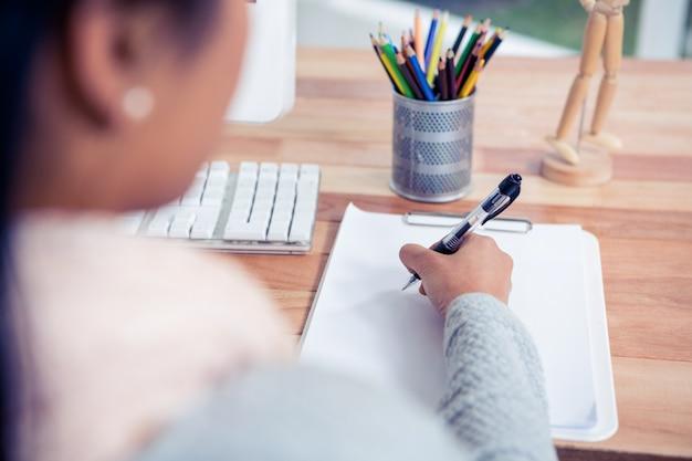 Vue, épaule, femme, écriture, drap blanc, bureau