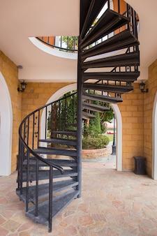 Vue d'un escalier en colimaçon sombre en métal