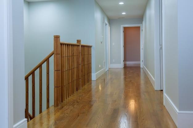Vue des escaliers en bois luisants de upword montrant un beau paysage chuté
