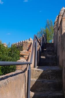 Vue des escaliers dans le château de gibralfaro à malaga