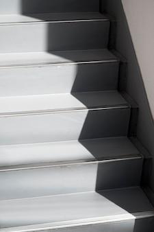 Vue des escaliers avec des ombres de lumière du jour