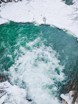 Vue de l'espace de copie de la rivière du ruisseau de la cascade d'hiver